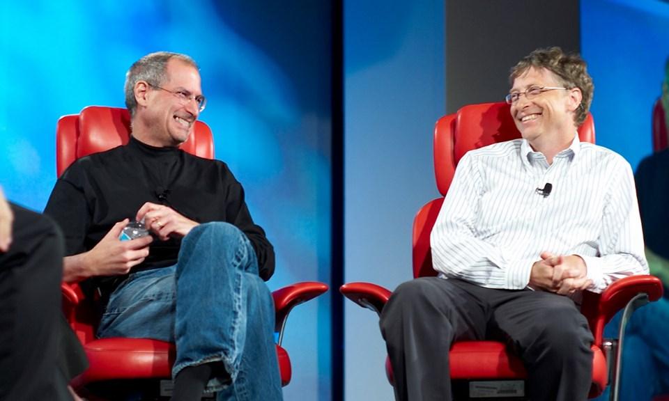 Steve Jobs (trái) và Bill Gates trong một hội thảo năm 2007. Ảnh: AP.