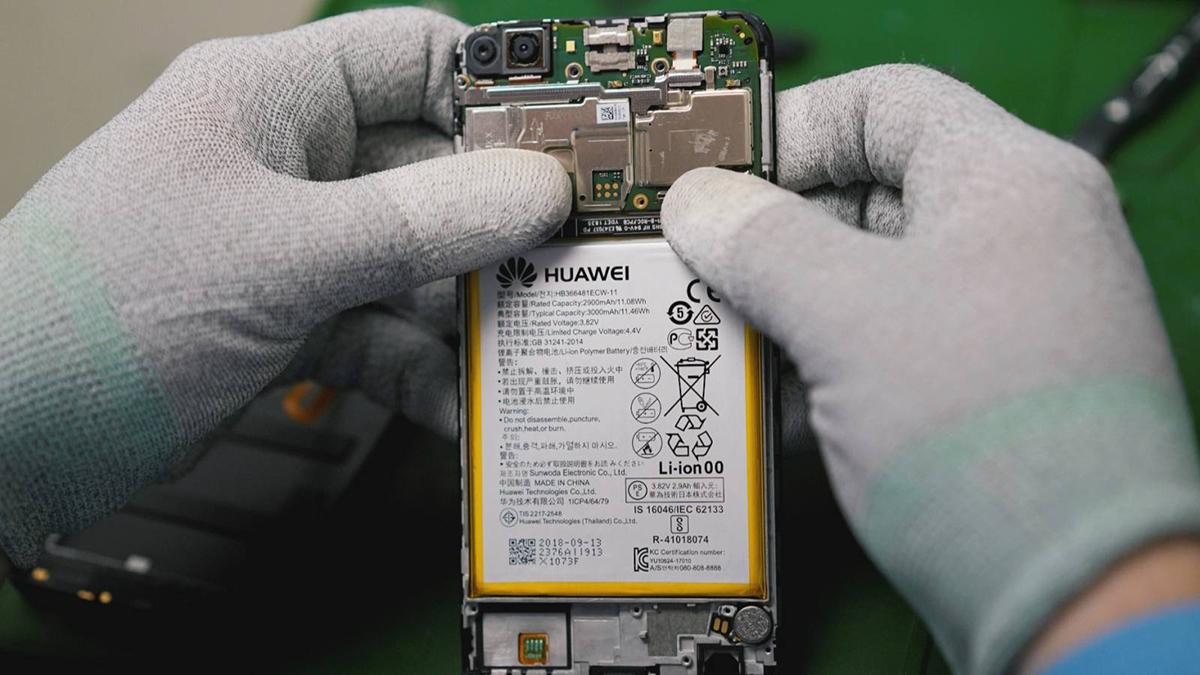 Huawei đang đẩy nhanh tiến độ tích trữ linh kiện. Ảnh: Nikkei Asian Review.