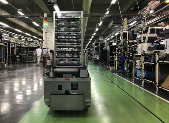 Một thiết bị tự hành có nhiệm vụ vận chuyển phụ tùng tại nhà máy của Ricoh. Ảnh: Reuters.