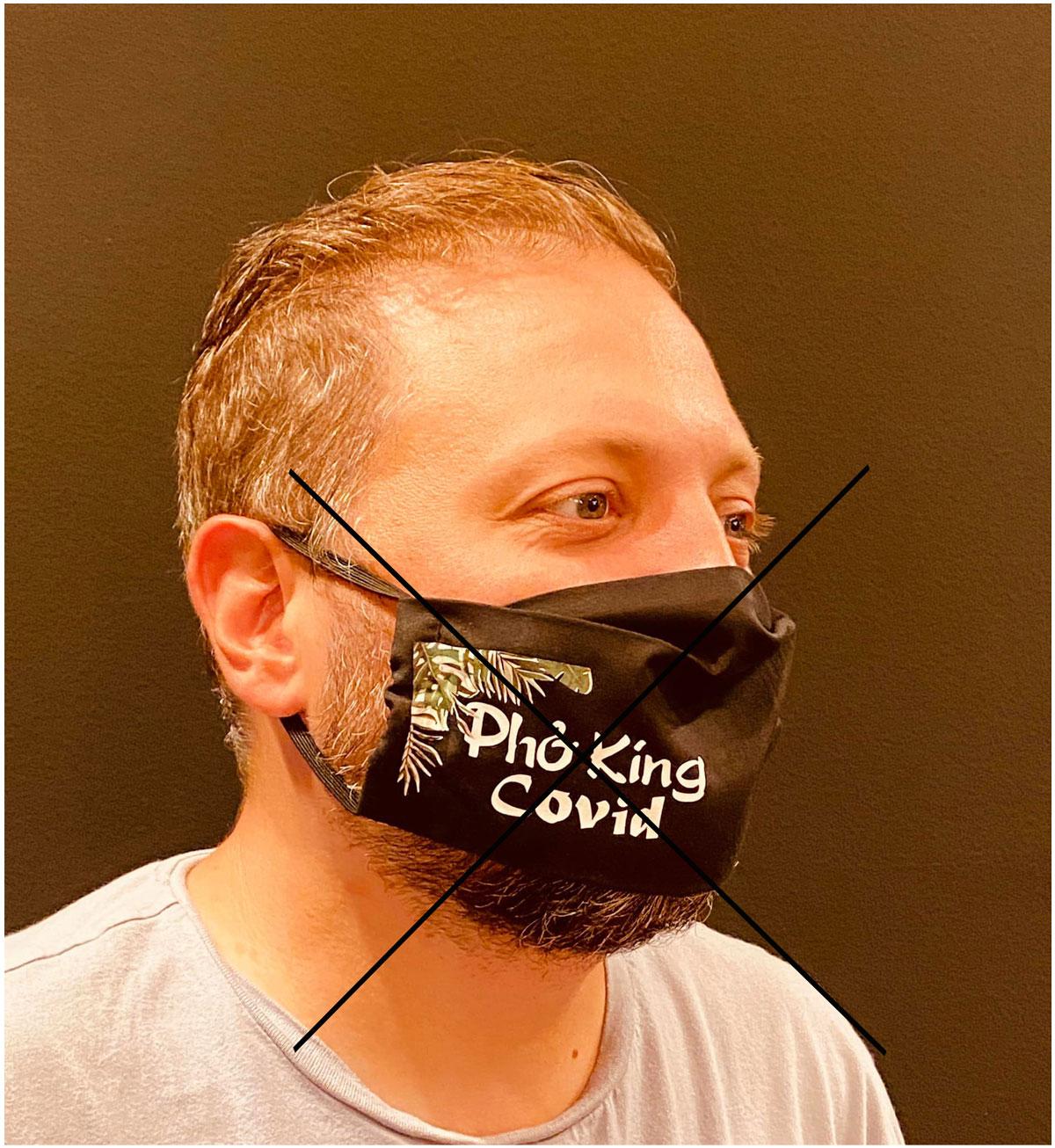 Nhân viên của Phở King Bôn làm riêng khẩu trang gắn chữ Covid khiến cộng đồng mạng tức giận.