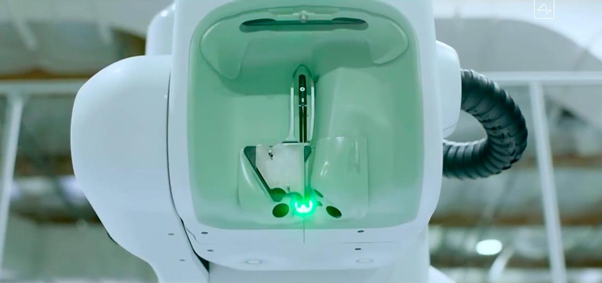 Đầu kim của robot cũng chứa thiết bị phát tia laser phục vụ quá trình phẫu thuật.