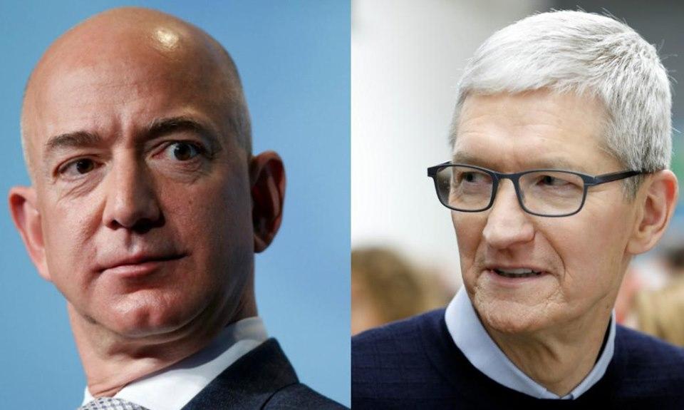 Jeff Bezos (trái) và Tim Cook. Ảnh: Reuters.