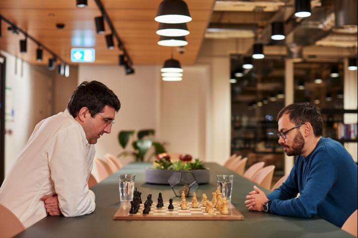 Vladimir Kramnik (trái) cùng Demis Hassabis, nhà sáng lập DeepMind, nghiên cứu những biến thể của trò chơi cờ vua nhờ AI. Ảnh: DeepMind.