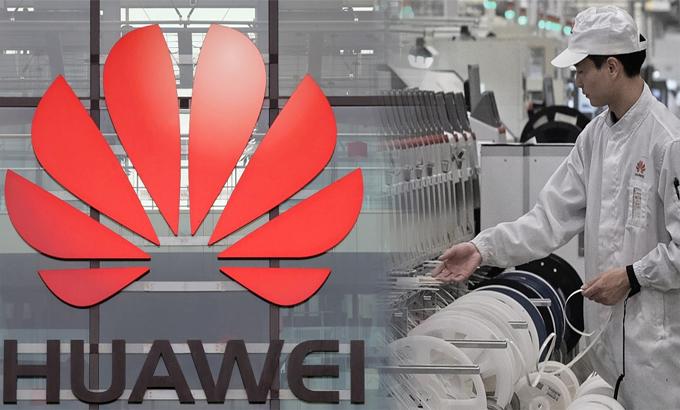 Nhân viên làm việc trên dây chuyền sản xuất điện thoại di động Huawei ở Đông Hoản, Trung Quốc. Cuộc đàn áp của Mỹ đã chặn đứng công ty khỏi nhiều nhà cung cấp chính. Ảnh: Reuters