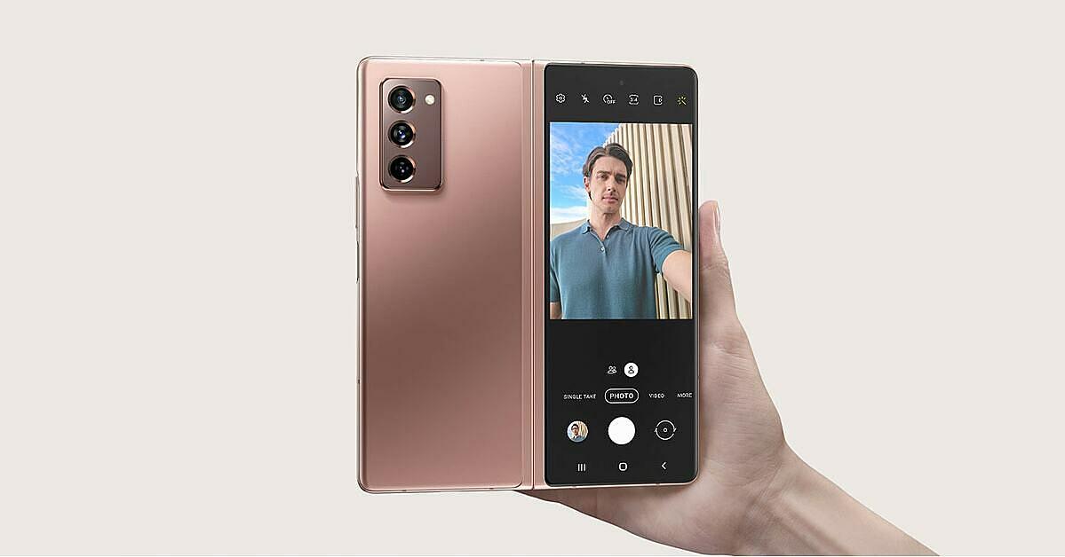 Tính năng Flex Mode hiện đại gây ấn tượng mạnh với những người dùng thích sefie. Ảnh: Samsung.