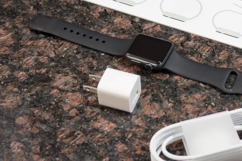 Apple Watch Series 6 và Watch SE không kèm sạc trong hộp khi bán ra. Ảnh: Phonearena.