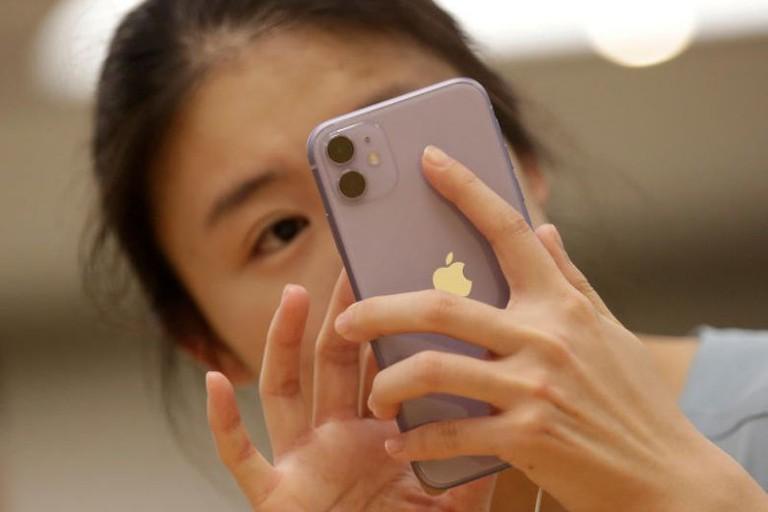 Người dùng Trung Quốc từng kêu gọi tẩy chay iPhone khi Mỹ ban hành lệnh cấm Wechat, TikTok. Ảnh: Reuters.