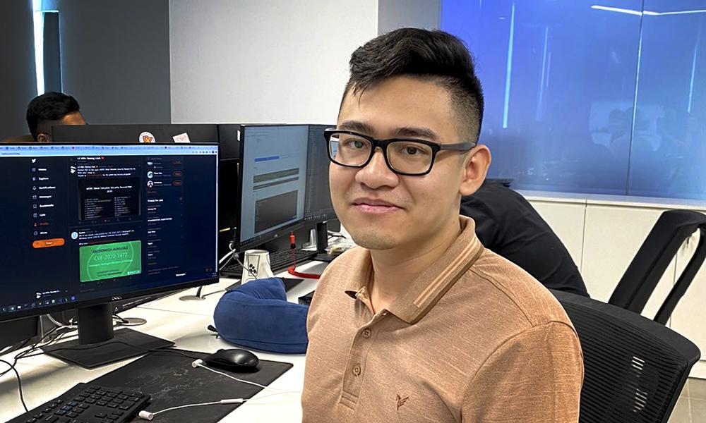 Lê Hữu Quang Linh đang làm việc tại Trung tâm Giám sát An toàn không gian mạng quốc gia. Ảnh: NVCC.
