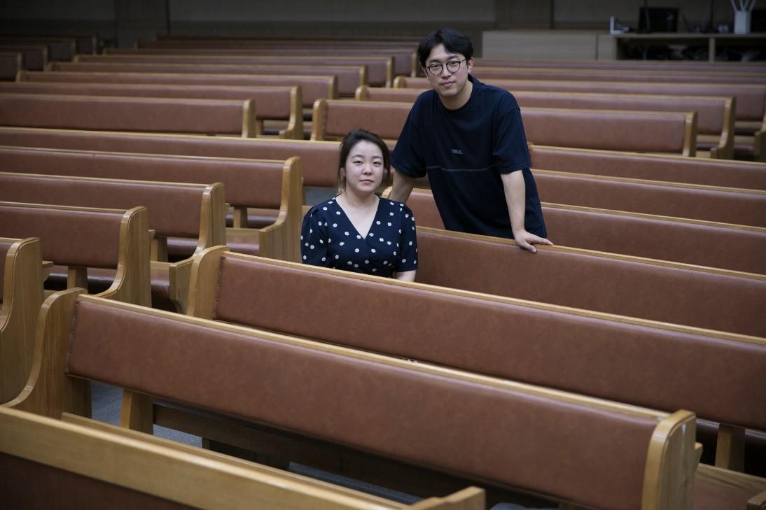 Kim Ji-seon và chồng tại nhà thờ ở Busan, Hàn Quốc. Cô bị săn lùng trên mạng sau khi được chẩn đoán mắc Covid-19. Ảnh: New York Times.