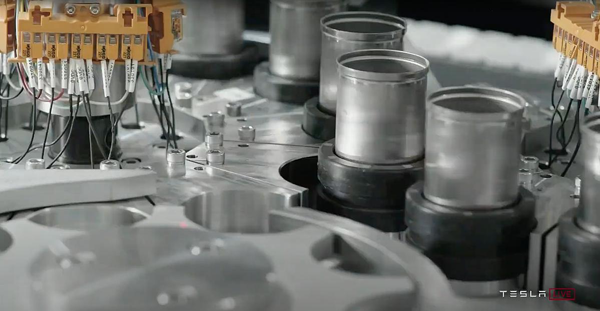 Mẫu pin 4680 đang được sản xuất thử nghiệm trên dây truyền của nhà máy Nevada ở Anh. Ảnh: Tesla.