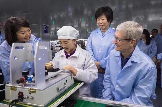 Tim Cook đến thăm công nhân lắp ráp iPhone tại nhà máy Luxshare vào năm 2017. Ảnh: Luxshare.