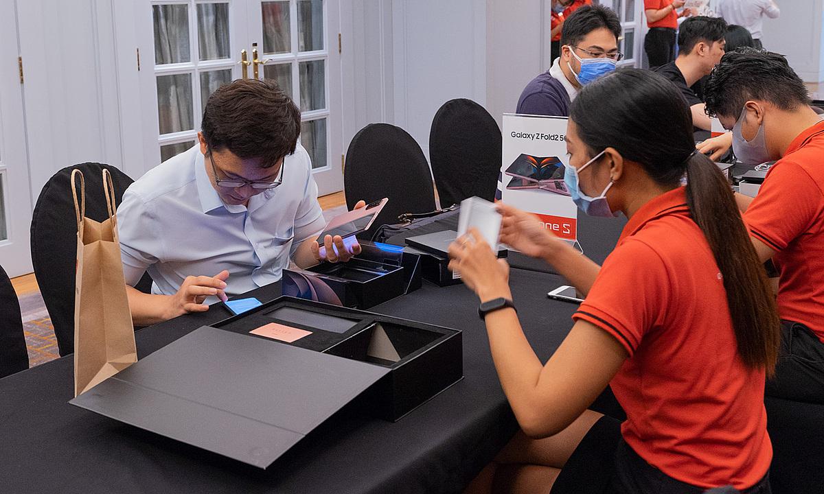 Một trong những người đầu tiên sở hữu Galaxy Z Fold2 tại Việt Nam, hôm 25/9. Ảnh: Huy Tân