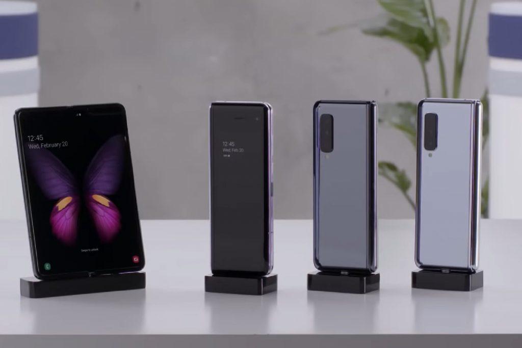 Galaxy Fold là smartphone đầu tiên của Samsung có màn hình dẻo, gập lại được.