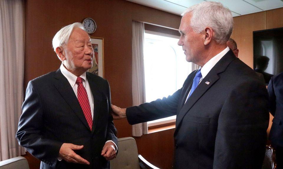 Morris Chang (trái) gặp Phó tổng thống Mỹ Mike Pence năm 2018. Ảnh: AP.