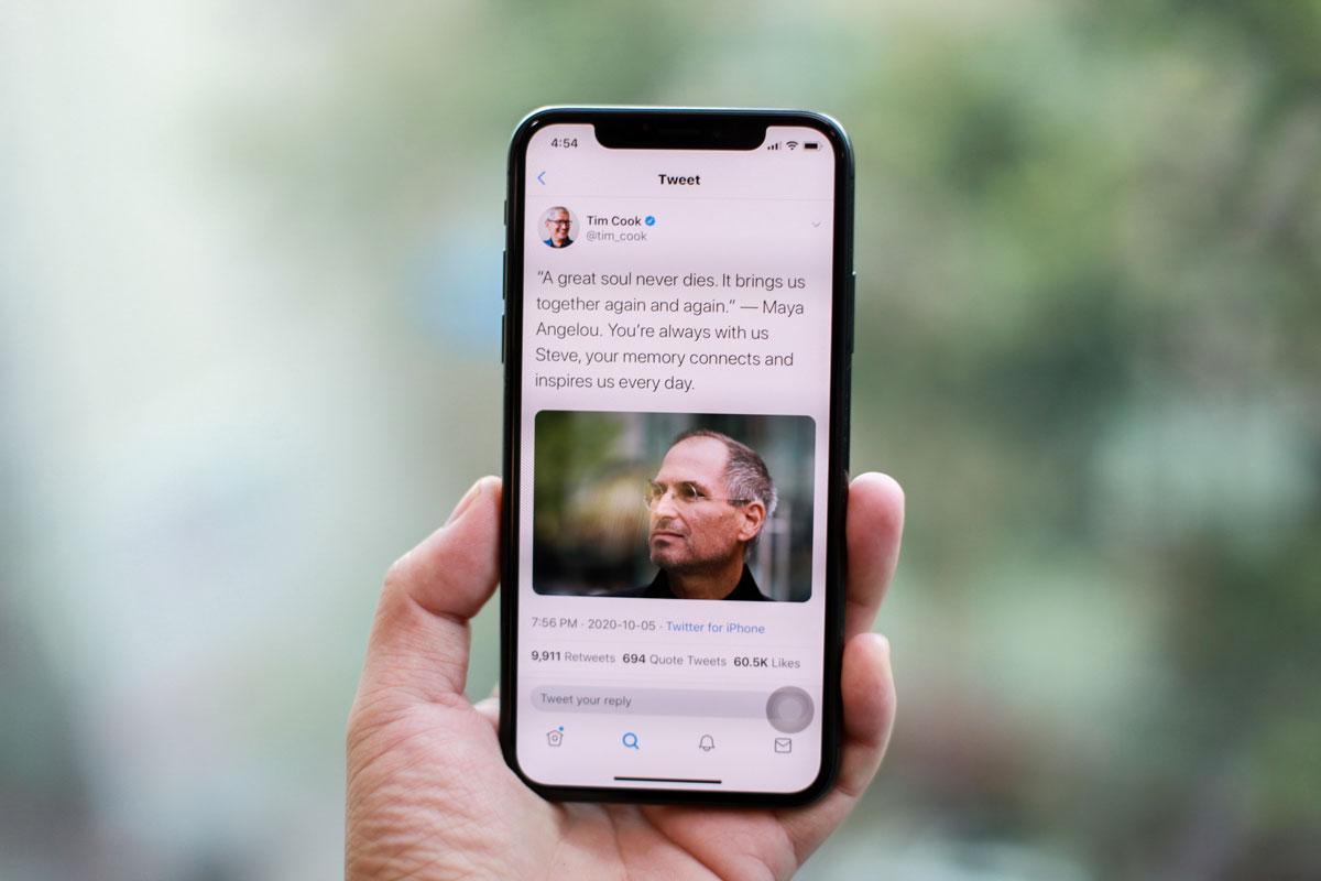Bài viết tưởng nhớ 9 năm ngày mất Steve Jobs của Tim Cook nhận về nhiều ý kiến trái chiều của tín đồ Apple.