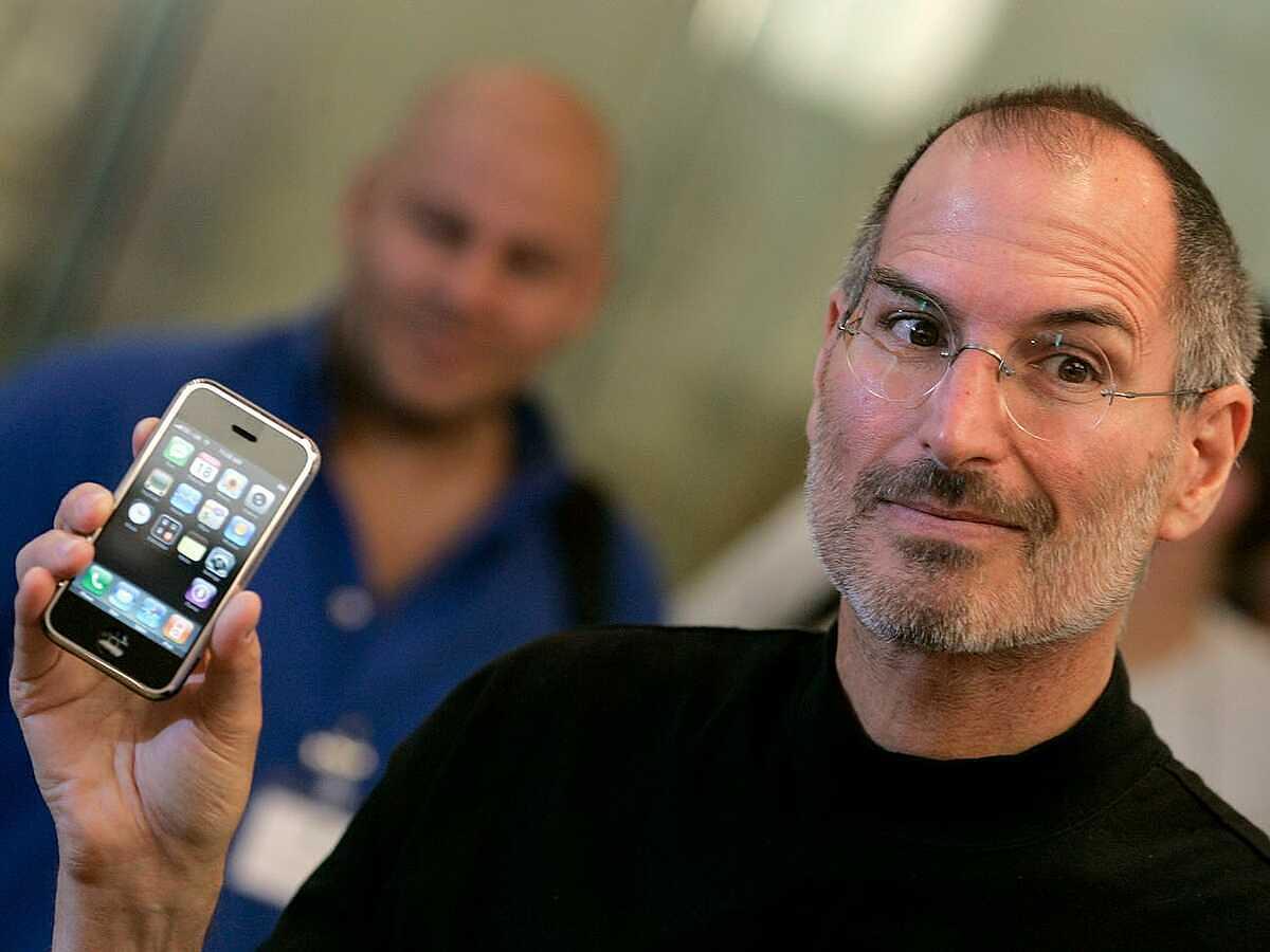 Steve Jobs luôn muốn một chiếc iPhone có màn hình vừa đủ, có thể dễ dàng sử dụng bằng một tay. Ảnh: Reuters.