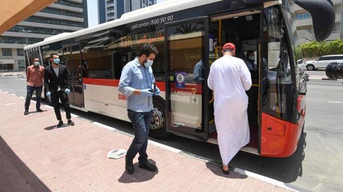 Một chiếc xe bus đang đón khách. Ảnh: Al Arabiya.