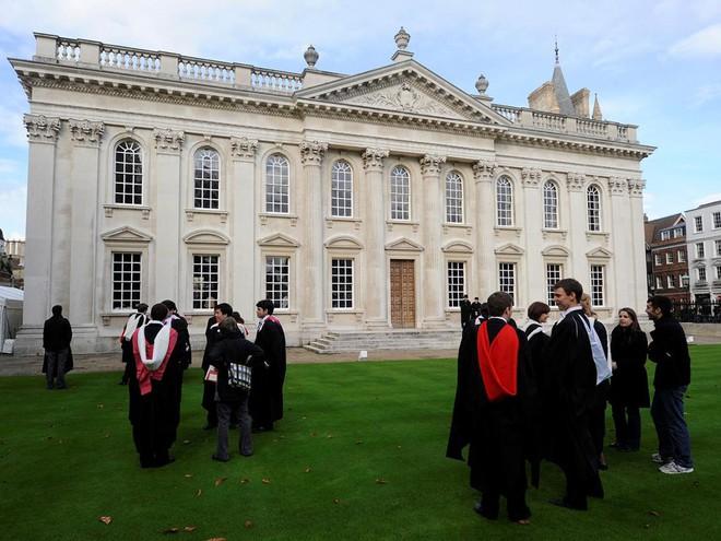 Bên trong một khuôn viên của Đại học Cambridge. Ảnh: Reuters.