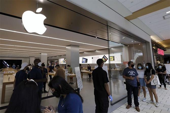 Bên ngoài một cửa hàng Apple Store tại trung tâm mua sắm Queens Center, New York (Mỹ). Ảnh: Bloomberg