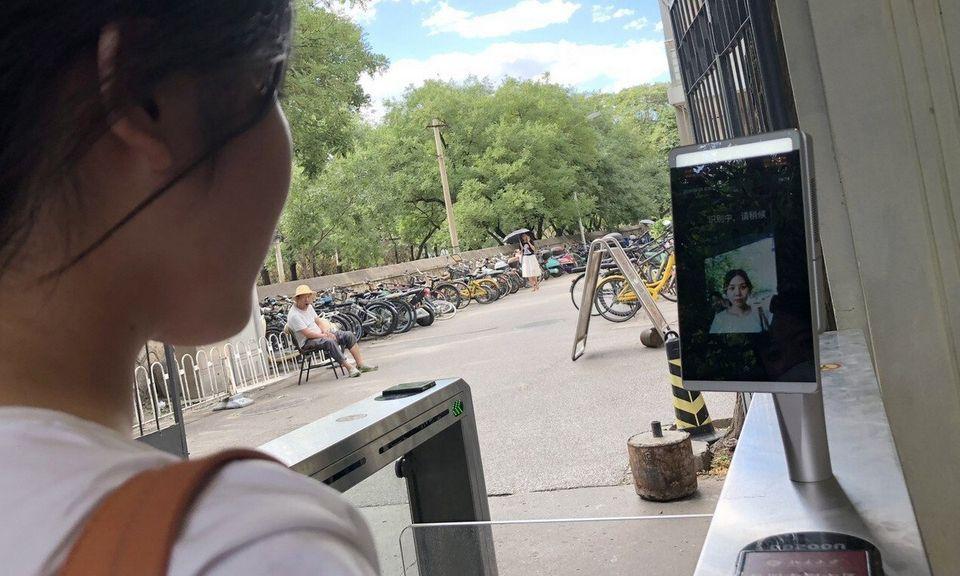 Cổng ra vào ký túc xá dùng công nghệ nhận diện khuôn mặt của Đại học Bắc Kinh. Ảnh: SCMP.