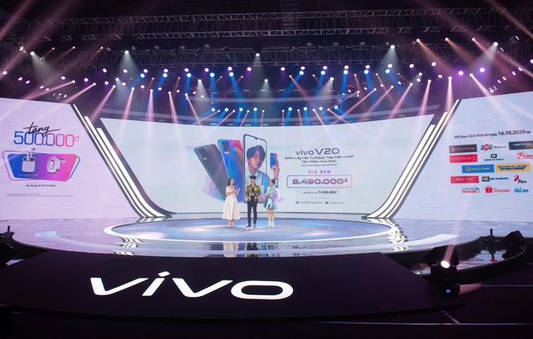 Đại diện V20 (bên phải) công bố giá bán chính thức của vivo V20 là 8,49 triệu đồng và chương trình quà tặng hấp dẫn tại sự kiện hôm 11/10.