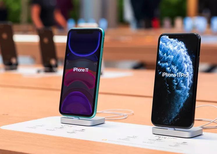 Giá cả ba mẫu iPhone 11 chính hãng đều đã giảm hơn 20% so với niêm yết. Ảnh: TheVerge.