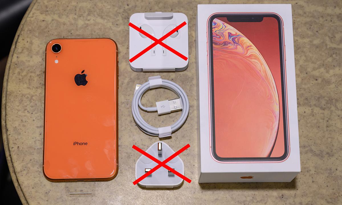 iPhone XR từng có sạc và tai nghe, nhưng các trang bị này có thể sẽ bị cắt bỏ trong thời gian tới. Ảnh: Huy Đức