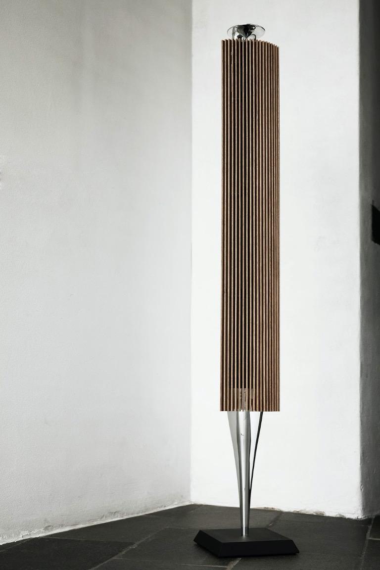 Loa không dây dạng cột Beolab 18 được chế tác từ những vật liệu cao cấp, hoàn thiện tỉ mỉ. Phần housing làm từ nhôm nguyên khối, kết hợp với 21 thanh gỗ sồi tự nhiên chạy dọc thân tạo điểm nhấn.