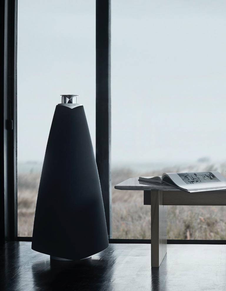 Beolab 20 mang phong cách thiết kế Bắc Âu trứ danh của Bang & Olufsen. Thân loa gần như được bọc hoàn toàn bằng vải dệt cao cấp tạo nên vẻ đẹp tối giản.