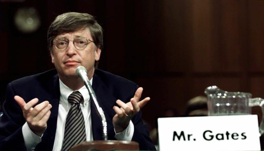 Bill Gates trong phiên điều trần trước quốc hội Mỹ năm 2000. Ảnh: AP.