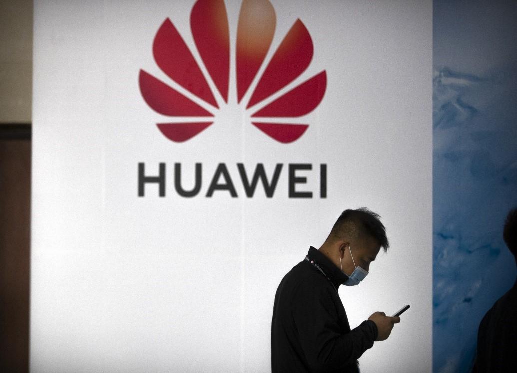 Lệnh cấm từ phía Mỹ khiến khả năng tiếp cận nguồn chip thay thế của Huawei càng khó khăn. Ảnh: AP.