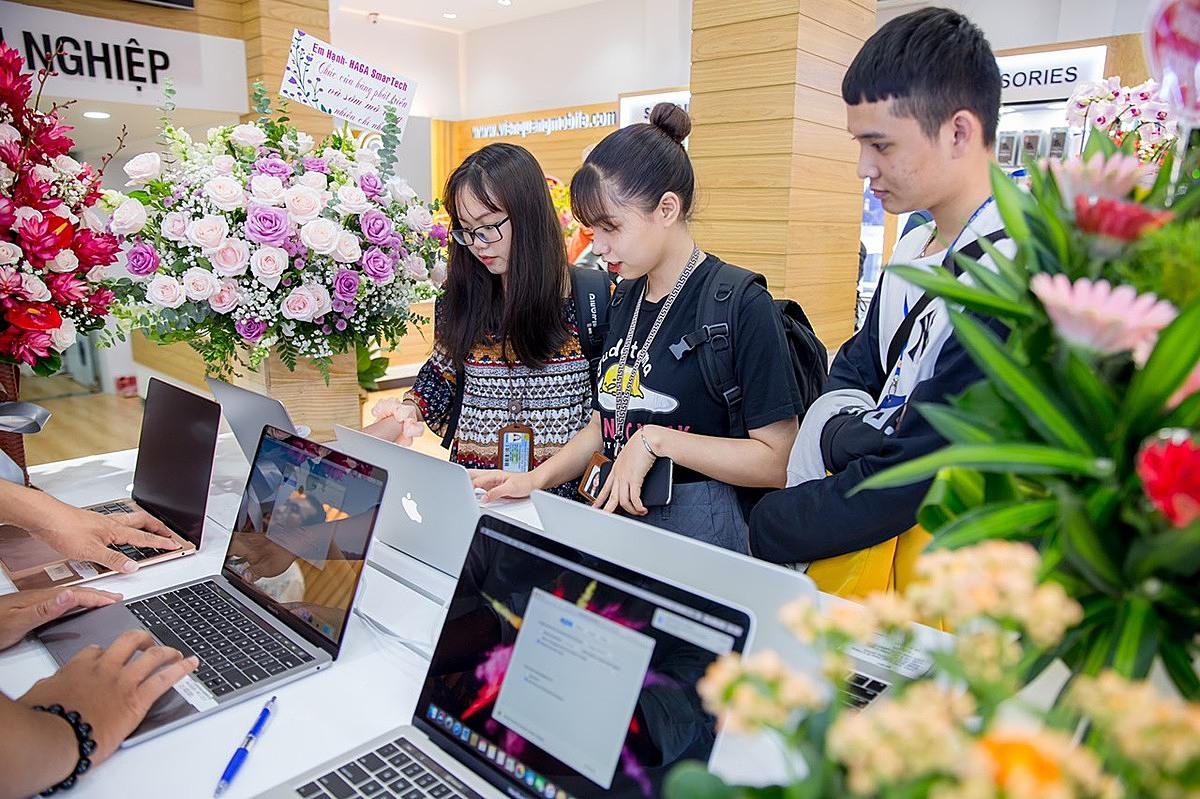 Khách hàng tham quan mua sắm tại Viễn Quang mobile (quận 10, TP HCM). Ảnh: Việt Quang.
