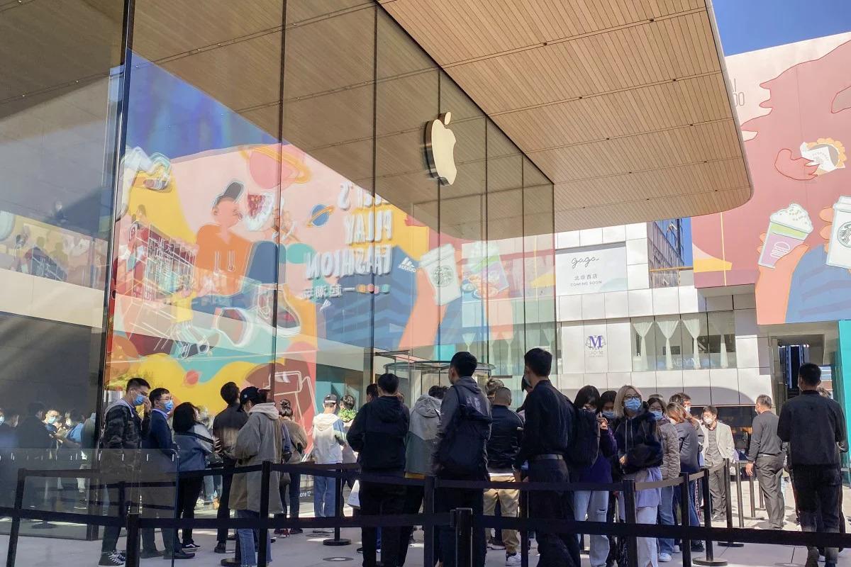 Cảnh xếp hàng tại Apple Store ở Bắc Kinh hôm 23/10. Ảnh: SCMP.