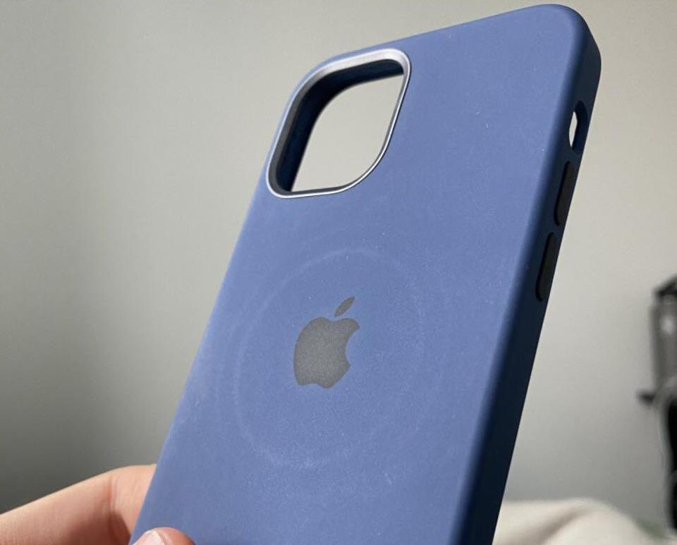 Ốp lưng của iPhone 12 có vệt tròn khi sạc bằng sạc MagSafe. Ảnh: Forbes.