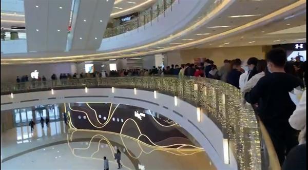 Dòng người xếp hàng chờ trải nghiệm iPhone 12 tại Apple Store Trịnh Trâu, Trung Quốc chiều 24/10. Ảnh: Sina.