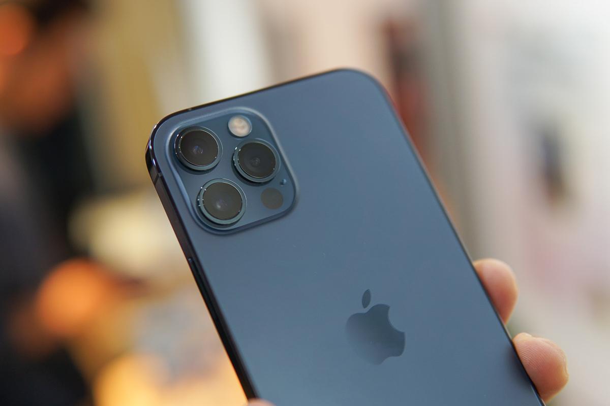 iPhone 12 Pro có giá cao hơn giá đặt hàng chính hãng gần 10 triệu đồng.