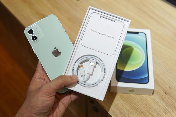 iPhone 12 không được chuộng bằng iPhone 12 Pro trên thị trường xách tay. Ảnh: Lưu Quý.