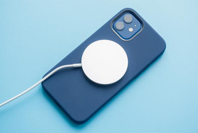 iPhone 12 Pro mất gần 3 tiếng để sạc đầy bằng MagSafe và đòi hỏi phải dùng củ sạc 20 W mới.