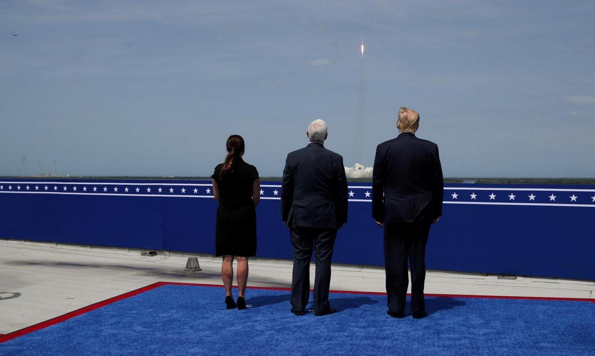 Trump (phải) cùng vợ chồng Phó tổng thống Mike Pence chứng kiến vụ phóng tên lửa Falcon 9 ngày 30/5. Ảnh: Reuters.