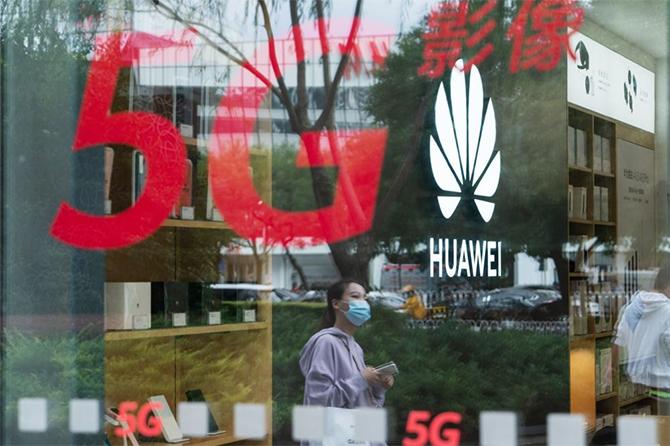 Bên ngoài một cửa hàng của Huawei ở Thượng Hải (Trung Quốc). Ảnh: Bloomberg