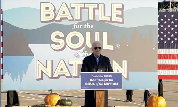 Trong video gốc, tấm biển phía trước Biden ghi Text MN to 30330, chỉ bang Minnesota.