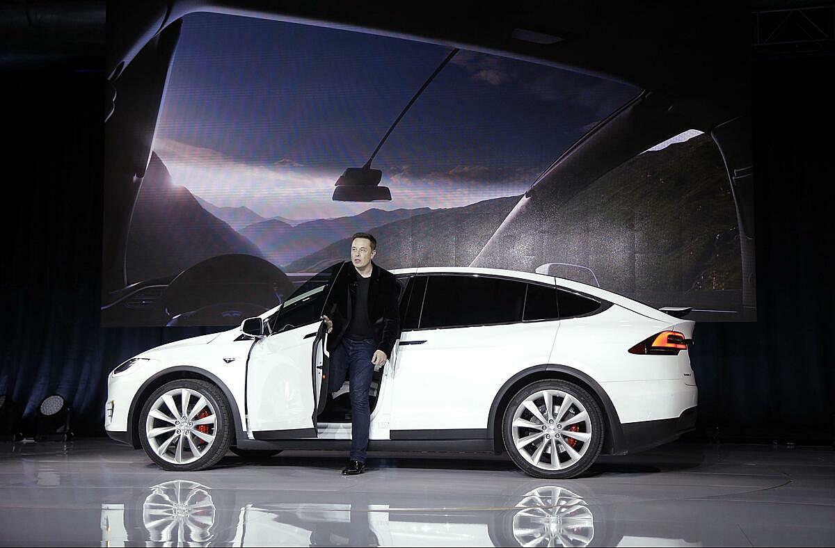 Elon Musk trong buổi ra mắt Tesla Model 3 vào năm 2016. Ảnh: The razzamatazz.