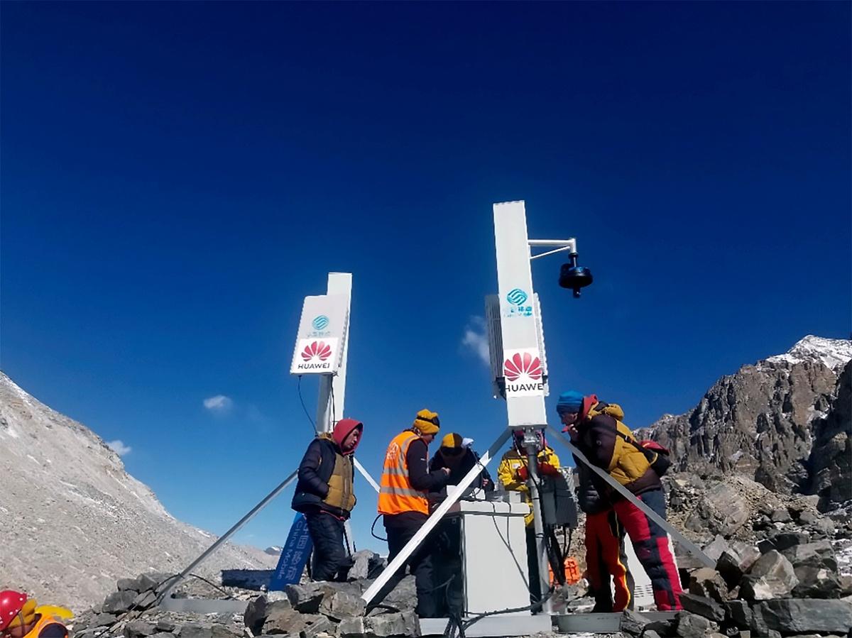 Nhân viên Huawei trên trạm 5G cao nhất thế giới trên đỉnh Everest tháng 5 vừa qua. Ảnh: Huawei.