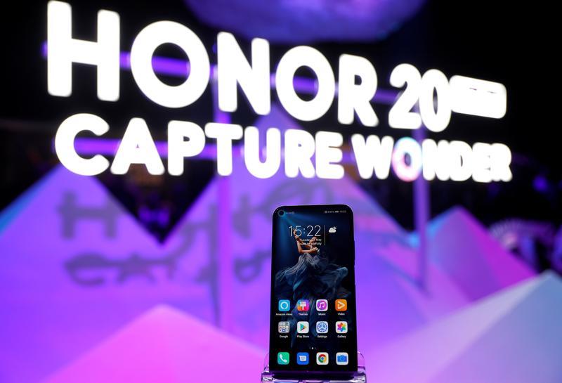 Honor hiện bán các sản phẩm tầm trung và giá rẻ. Ảnh: Reuters.