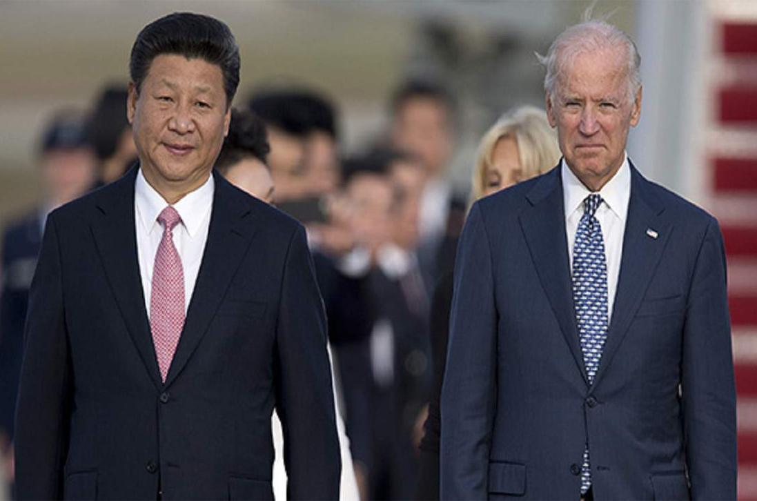 Biden (bên phải) gặp Chủ tịch Trung Quốc Tập Cận Bình hồi 2015. Ảnh: AP.