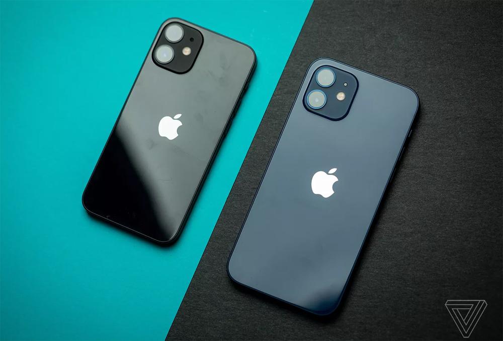 iPhone 12 mini so với iPhone 12. Ảnh: The Verge.