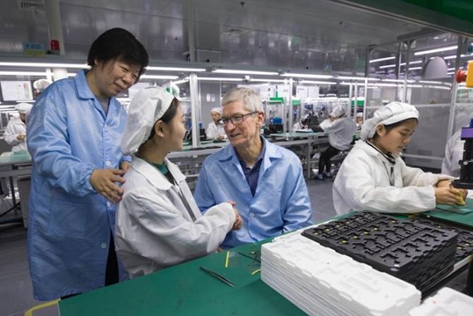 CEO Apple, Tim Cook trong một lần đến thăm nhà máy của Luxshare. Ảnh: Reuters