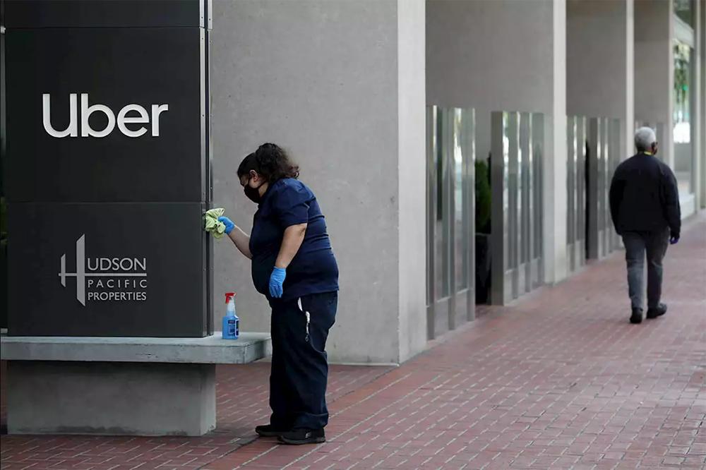 Khi các nhân viên khác làm việc tại nhà, những nhân viên nhà ăn, lau dọn hay bảo vệ đang phải đối mặt với nguy cơ thất nghiệp. Ảnh: WSJ.