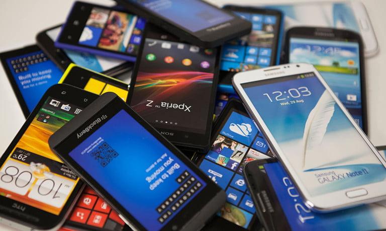 Nhiều smartphone vẫn sử dụng tốt nhưng bị bỏ quên trong ngăn bàn. Ảnh: Digital Trend.