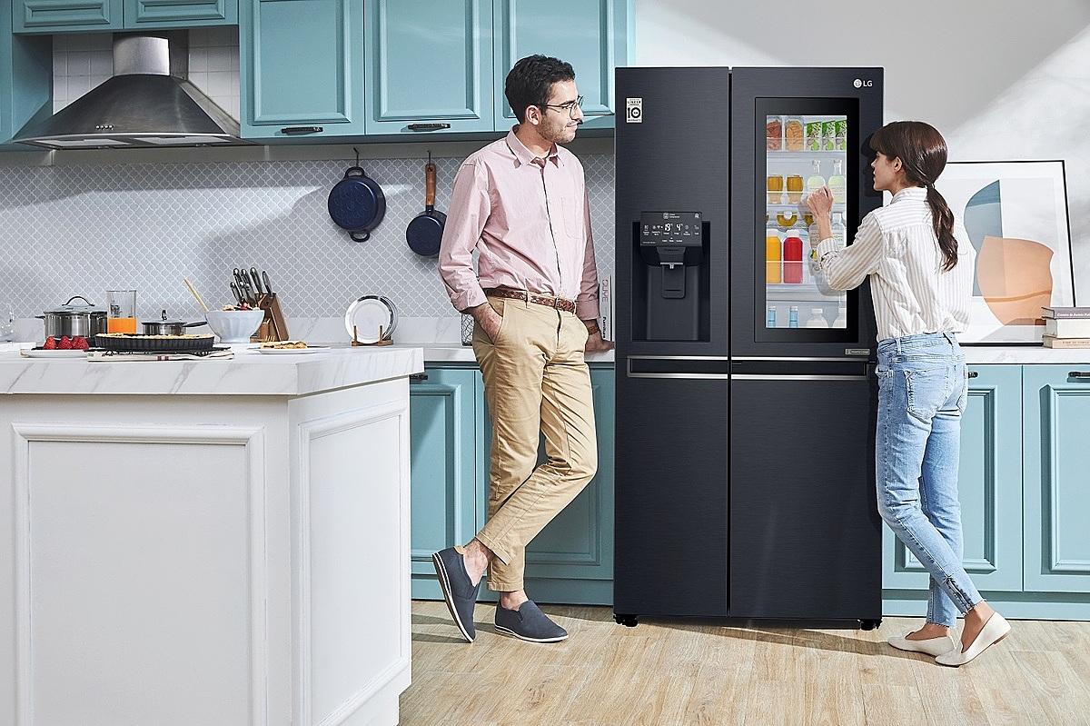 Chỉ cần gõ hai lần, đèn tủ lạnh bật sáng, người dùng dễ dàng quan sát thực phẩm bên trong. Ảnh: LG.